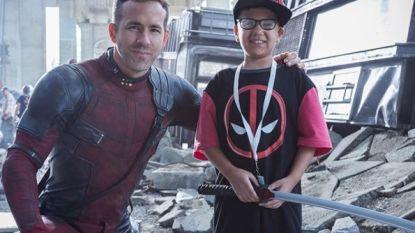 Ryan Reynolds ontmoet zieke kinderen op set