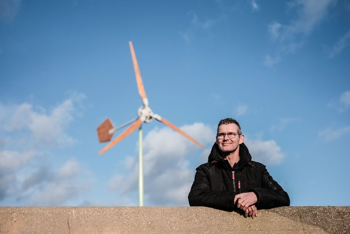 Guido Hilhorst bij de kleine windmolen op zijn erf.