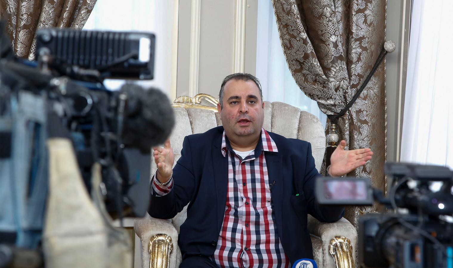 Salar Azimi spreekt de  pers in  de Elderschans, nadat hij dagenlang is verhoord door de politie.