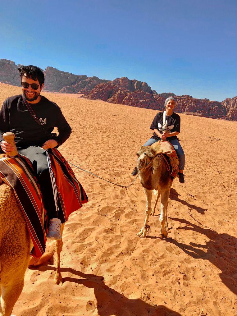 Meneer en mevrouw Ouaamari in de woestijn. 'Onze uitstappen naar andere Jordaanse plaatsen stelden niets voor vergeleken met het niets van Wadi Rum.'  Beeld Mohamed Ouaamari