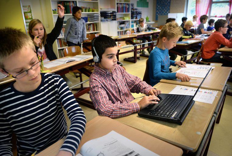 Syrische vluchtelingkinderen werken op de basisschool aan de Nederlandse taal.  Beeld Marcel van den Bergh / de Volkskrant