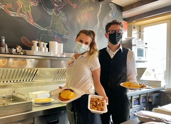 Christina Lestang en bedrijfsleider Marcel Grames komen met hun schnitzels de grens over.