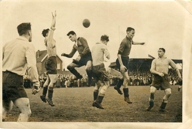 Een wedstrijd op het terrein van de Sittardse Boys aan de Baandert, kort na de bevrijding. Het exacte jaartal is onbekend. Beeld Archief De Domijnen, collectie Pfennings