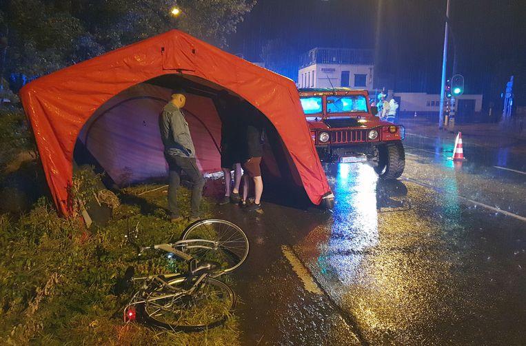 GROBBENDONK / NIJLEN - Na het ongeval kwam de politie ter plaatse om het ongeval te onderzoeken. De fietsster werd afgevoerd naar het ziekenhuis.
