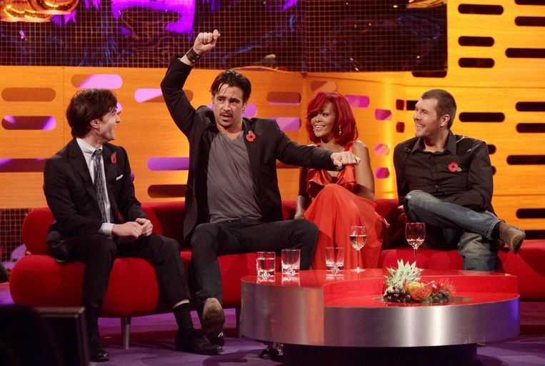 De befaamde rode bank met als gasten (vlnr) Daniel Radcliffe, Colin Farrell, Rihanna en Rhod Gilbert. Beeld PA Wire/Press Association Images