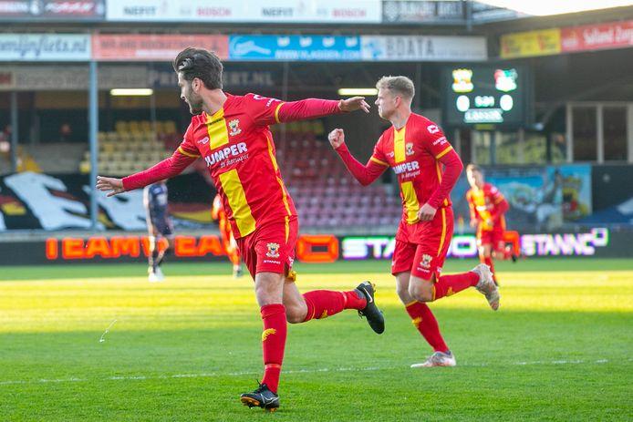 Sam Hendriks (l) en Luuk Brouwers (r) bejubelen de 2-0 van GA Eagles tegen NEC.