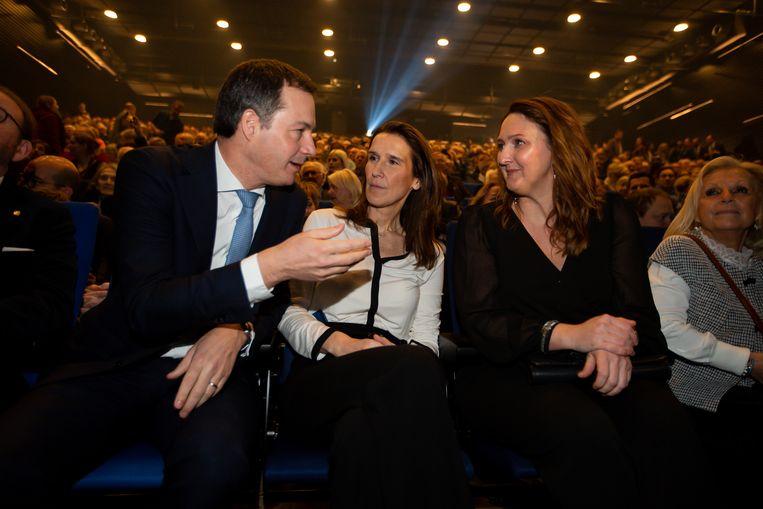 Gwendolyn Rutten en Alexander De Croo (Open Vld) luisteren samen met eerste minister Sophie Wilmes (MR) naar de voorstellen van de voorzitter van de franstalige liberalen. Beeld BELGA