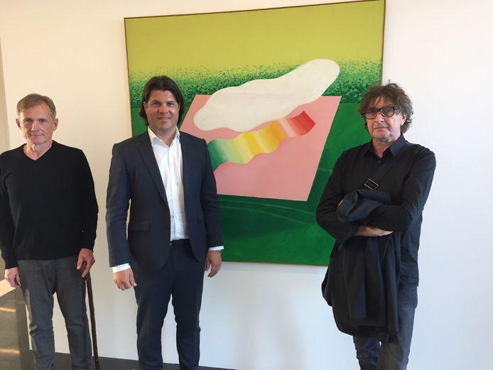 Gedeputeerde Igor Philtjes bij een werk van één van de 17 kunstenaars uit Belgisch-Limburg die hun schilderijen tonen op GEKADERD, een expo in het Gouvernement aan de Maas in Maastricht.