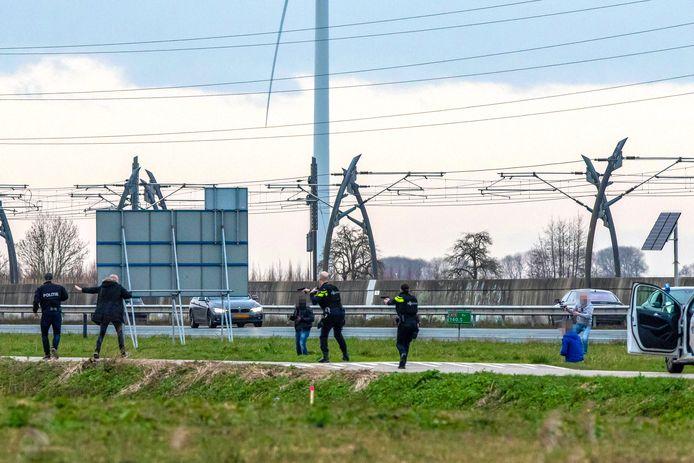 Politie met getrokken wapens bij de actie in Ochten