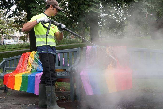 Het Regenboogbankje krijgt opnieuw een grondige schoonmaakbeurt.