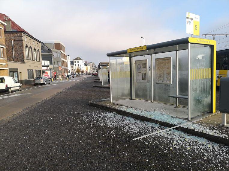 Aan het station werd nog maar eens een bushokje vernield.