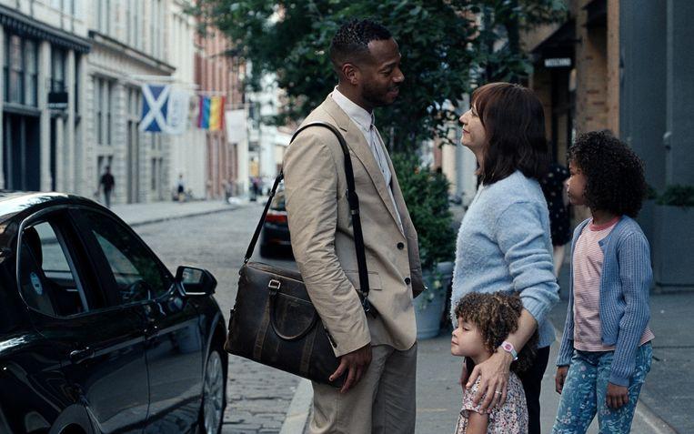 Marlon Wayans en Rashida Jones als ouders van Alexandra Mary Reimer en  Liyanna Muscat in 'On the Rocks'. Beeld AP