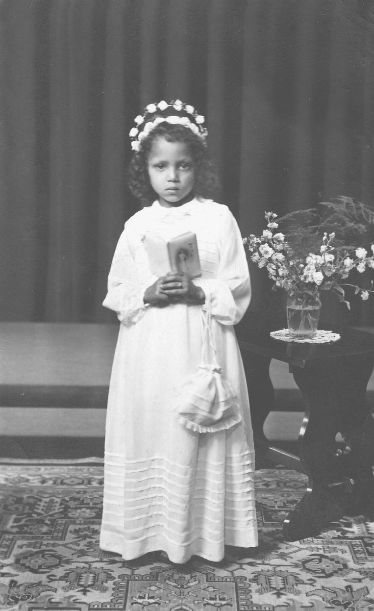 Wanda van der Kleij tijdens haar eerste communie in 1952. Beeld Foto uit het boek Kinderen van zwarte bevrijders