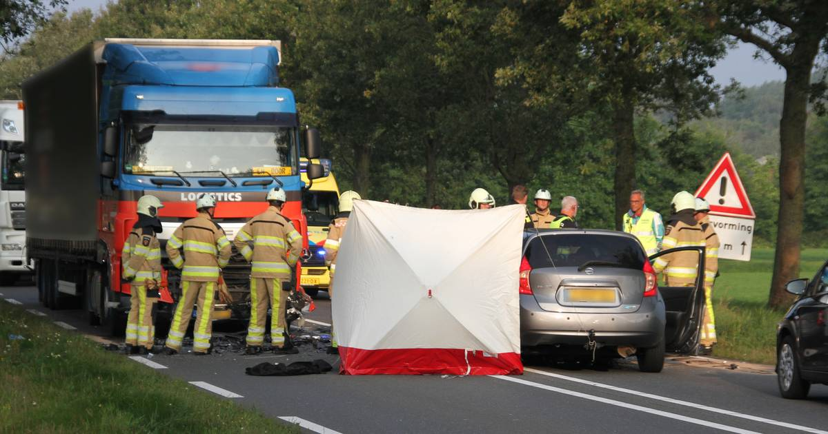 Dode na frontale botsing op vrachtauto bij Mariënheem: N35 tussen Zwolle en Almelo afgesloten.