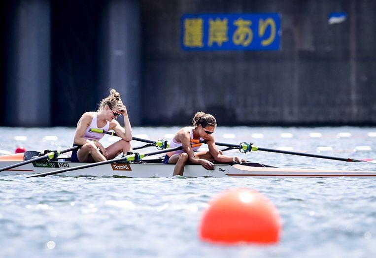 Marieke Keijser en Ilse Paulis (r) na afloop van de lichte dubbeltwee in Tokio Beeld ANP
