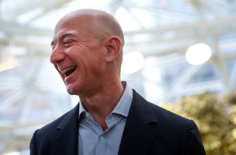 Jeff Bezos lacht zijn tanden bloot tijdens de opening van een nieuw hoofdkwartier van Amazon in Washington. Iedereen is benieuwd hoe de rijkste man ter wereld het ervan af zal brengen tijdens de hoorzitting in Washington. Beeld REUTERS