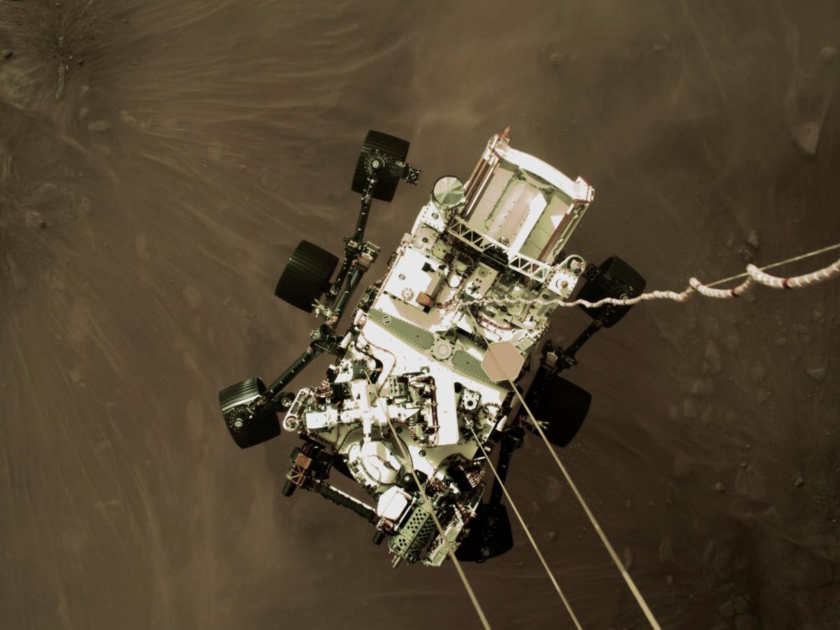 Op de foto is te zien hoe het stof opstuift onder de Marsverkenner, net voor die op Mars voet aan de grond zet.