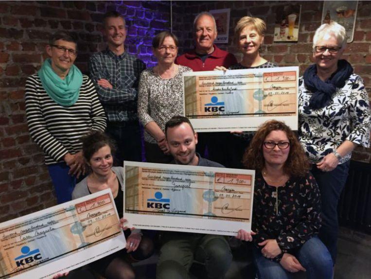 Het bestuur van Toneel De Wijngaerd met de afgevaardigden van centrum Ganspoel, Casa Magnolia en het Kinderkankerfonds UZ Leuven