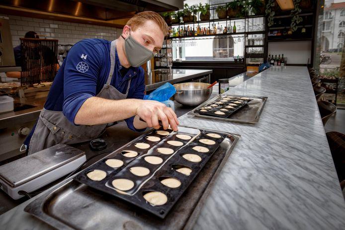 In restaurant De Houtloods wordt een dessert van parfait met de smaak van duindoornbes klaargemaakt.