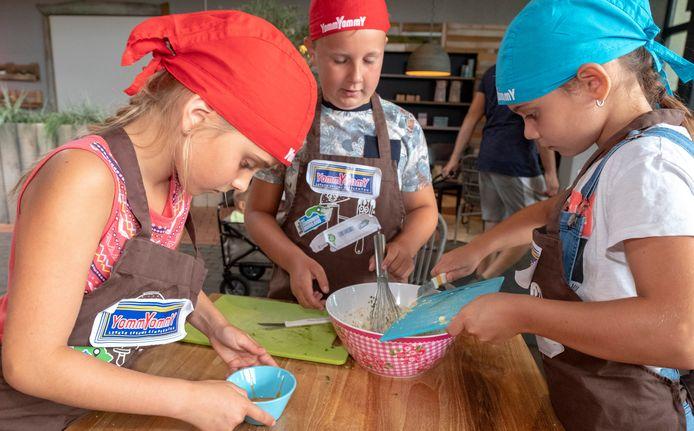 Tara (links), Lize, (rechts) en Lucas (midden) maken spannende hapjes met bijzondere Zeeuwse ingrediënten.