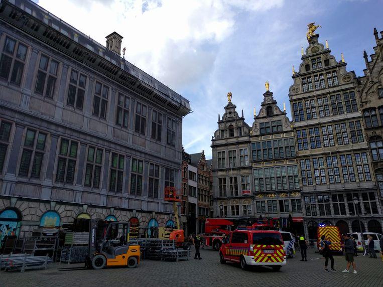 De brandweer komt aan bij het stadhuis.