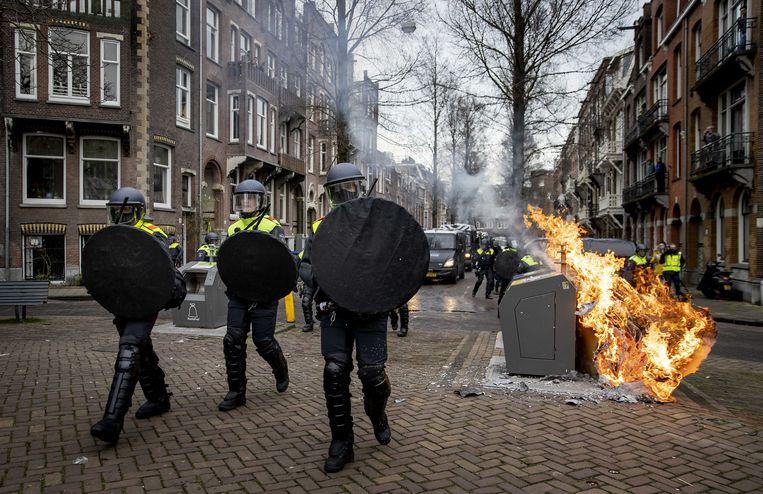 De politie veegt de straten rondom het Museumplein leeg. Het is een kat-en-muisspel tussen politie en demonstranten. Beeld ANP