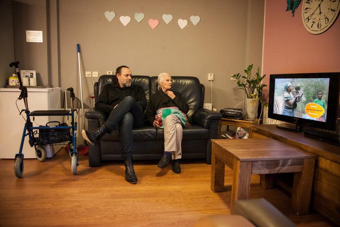 De documentaireserie van Adelheid Roosen en Hugo Borst speelde zich af in de Leeuwenhoek, waar Humanitas maatregelen moest nemen.
