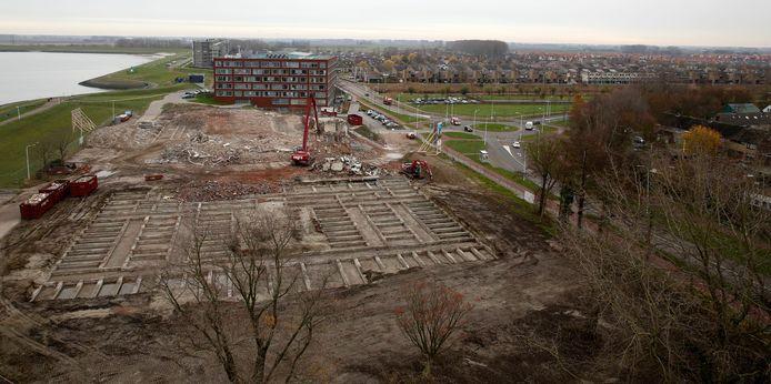 Het nieuwe gezondheidscentrum Gezond & Leven in Terneuzen moet rechts van de fundamenten van het vroegere verpleeghuis Ter Schorre komen, erachter appartementencomplex Maxima en daar weer achter nieuwbouwwijk Othene, archieffoto eind 2018.