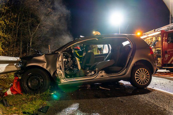 Brandweerlieden knipten het voertuig open en haalden de man er uit.