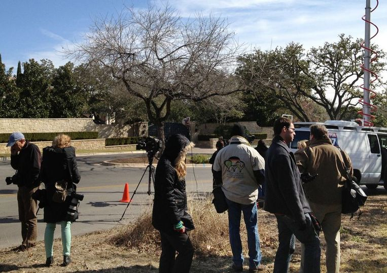 Vergeefs wachtende media voor het huis van Armstrong. Beeld afp