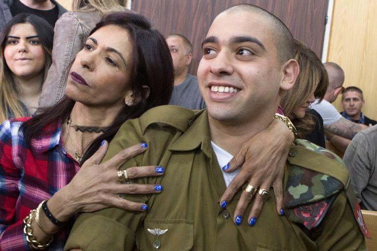 Elor Azaria met zijn moeder aan het begin van zijn proces in Tel Aviv in februari.