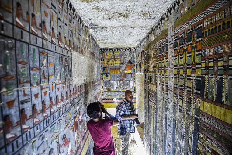 Journalisten filmen de pas ontdekte graftombe van de vroegere Egyptische edelman Khuwy. Beeld AFP
