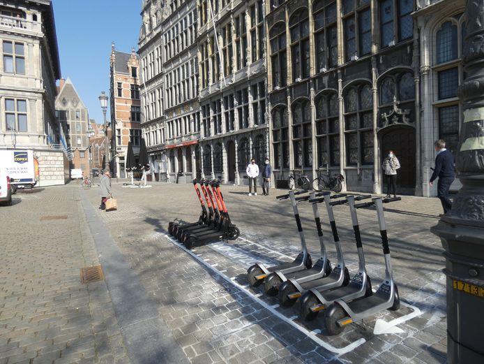 Een dropzone voor deelsteps op de Antwerpse Grote Markt.