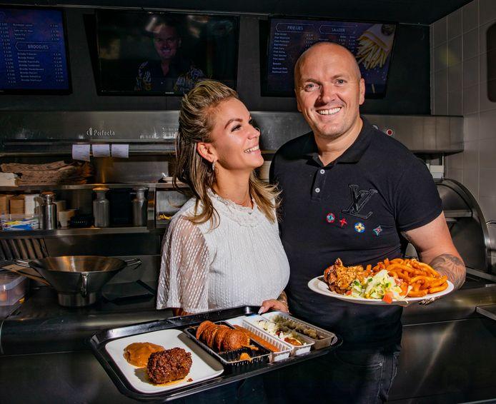 Volkszanger Frank van Etten uit Apeldoorn met zijn vriendin Melanie in de snackbar.