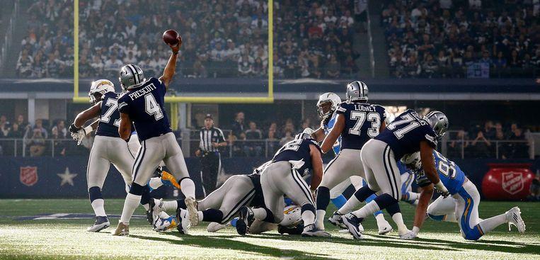 De Dallas Cowboys in actie tegen de Los Angeles Chargers. Het American football-team is het meest waardevolle ter wereld. Beeld EPA