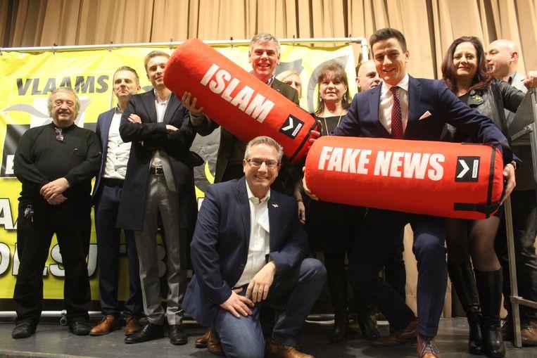 Een beeld van voor de gemeenteraadsverkiezingen: Filip Dewinter en Dries Van Langenhove met het Aalsterse Vlaams Belang.