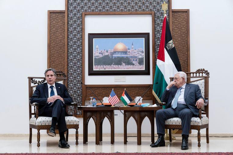 Antony Blinken tijdens een persconferentie met Palestijnse president Mahmoud Abbas. Beeld REUTERS