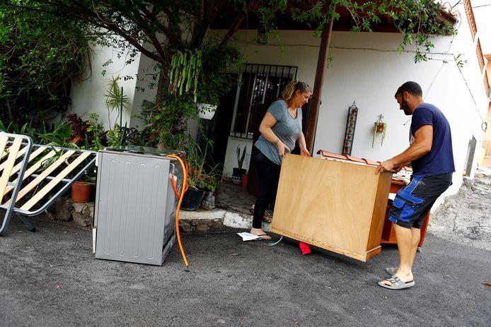 Bewoners proberen zoveel mogelijk spullen uit hun huizen te redden.