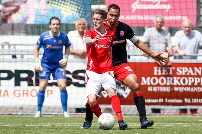 Marley Berkvens (rode shirt) in actie voor DOVO in de wedstrijd tegen SteDoCo die promotie naar de derde divisie opleverde.