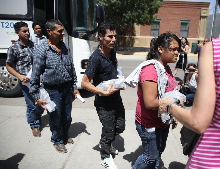 Migrantenouders die door de Amerikaanse grenscontrole van hun kinderen gescheiden werden, zijn op weg om met hun kinderen herenigd te worden in El Paso.  Beeld AFP