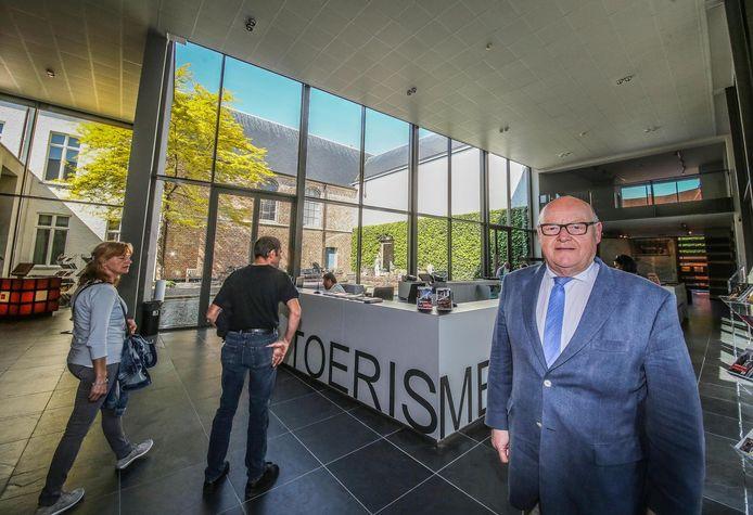 Schepen Rudolf Scherpereel bij de dienst toerisme die weinig bezocht wordt in Kortrijk in tegenstelling tot de website.