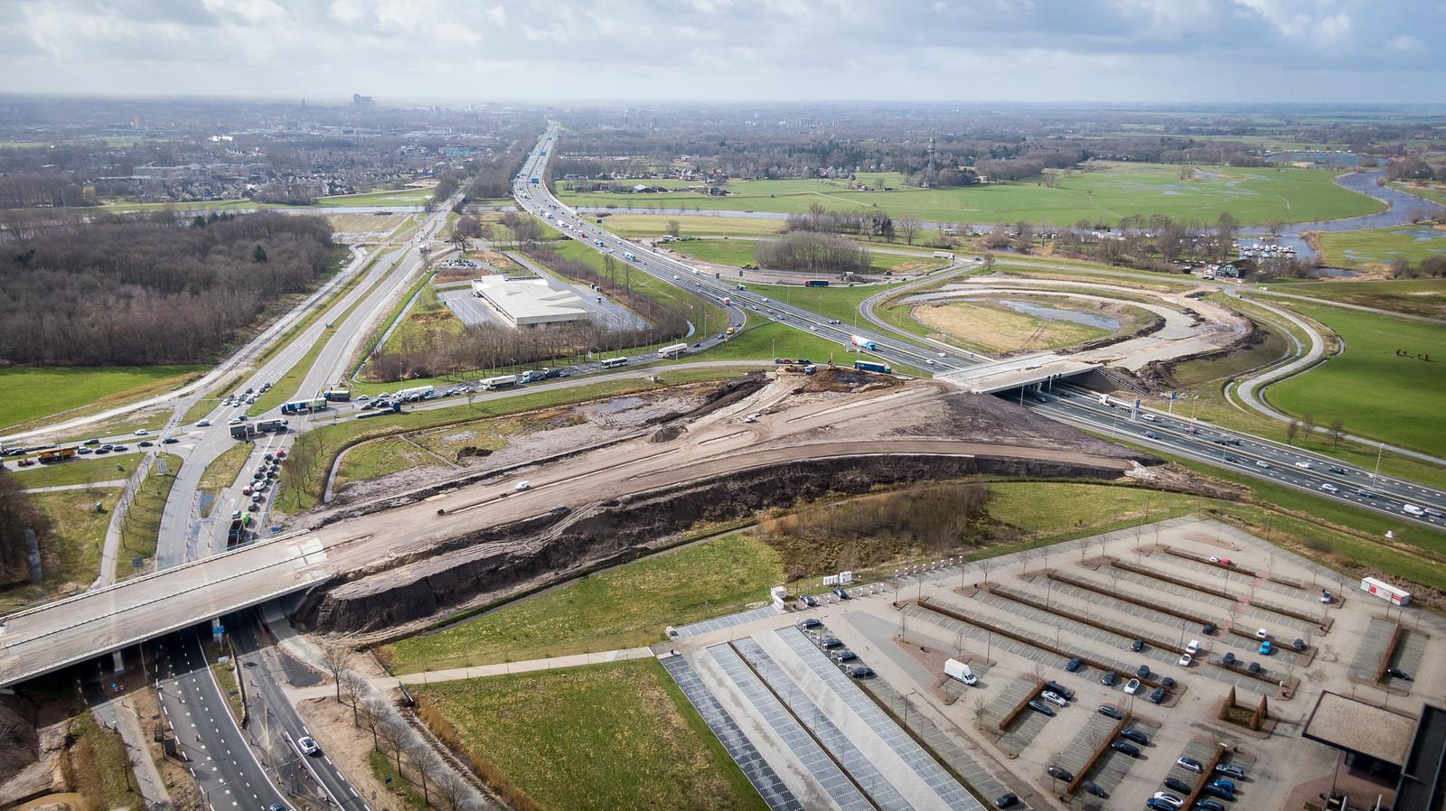 De nieuwe op- en afritten en viaducten bij de A28 met de aansluiting N340, hier ter hoogte van  Van der Valk (rechtsonder), worden al steeds meer zichtbaar.