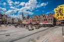 De Grote Markt van Dendermonde, waar op dit beeld van vorig jaar ook heel wat fietsers even halt houden voor een terrasje. Heel wat gemeenten willen wandelaars en fietsers nu lokken met speciale 'horecaroutes'.