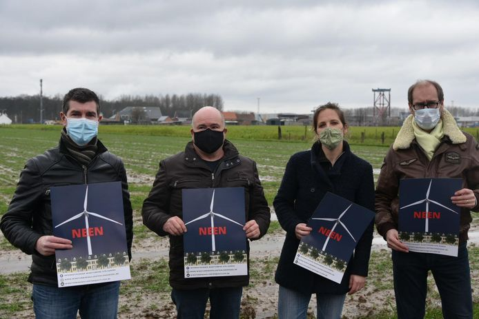Leden van actiegroep windturbine Wolvertem - Londerzeel met affiche.  Vlnr: Erik Booghmans (52 - Londerzeel), Patrick Bruggemans (55 - Meise), Vanessa Gorris (42 - Meise) en Patrick Callens (57 - Londerzeel)