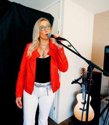 'Douze points' voor Esther? Zangeres doet met haar gouden strot gooi naar wereldkampioenschap karaoke