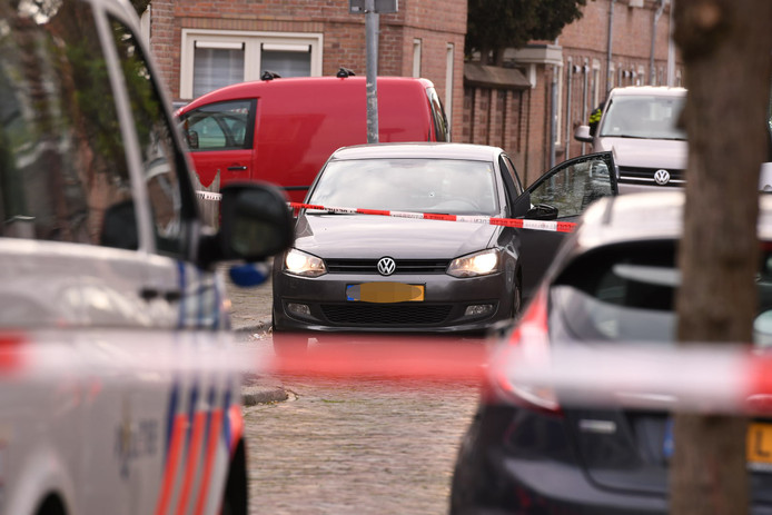 Schietincident in de Rietstraat in de Utrechtse wijk Ondiep. Kogelgat in de voorruit van de auto van het slachtoffer.