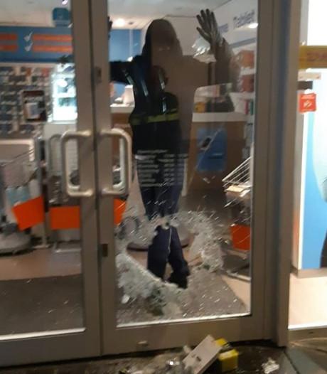 Kompaan van ingesloten inbreker ontkomt na leegroven telefoonwinkel in Zutphen