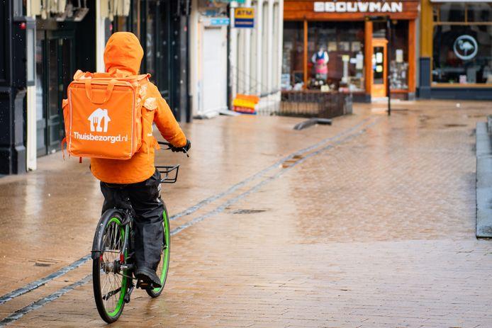 Maaltijdbezorger van Thuisbezorgd op de fiets in Groningen.