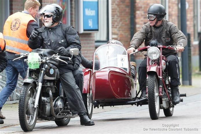 Oldtimers in de straten van Hellendoorn