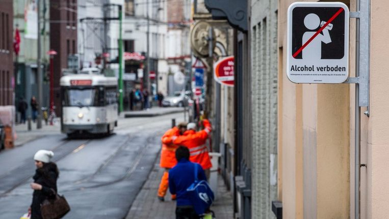 Een verbodsbord dat alcoholconsumptie op straat in de ban doet, vlak bij het Antwerpse De Coninckplein. Beeld Bas Bogaerts